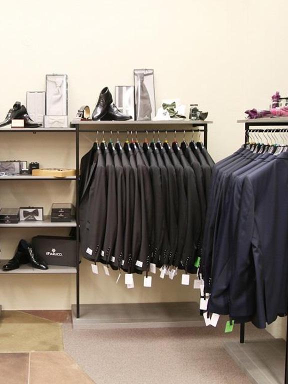 Herrenmode Anzüge an Stange Schuhe und Accessoires