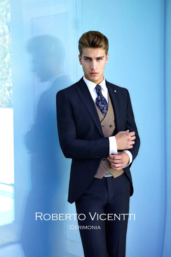 Junger Mann in Herrenmode Dolce Vita Roberto Vicentti blauer Anzug mit Krawatte