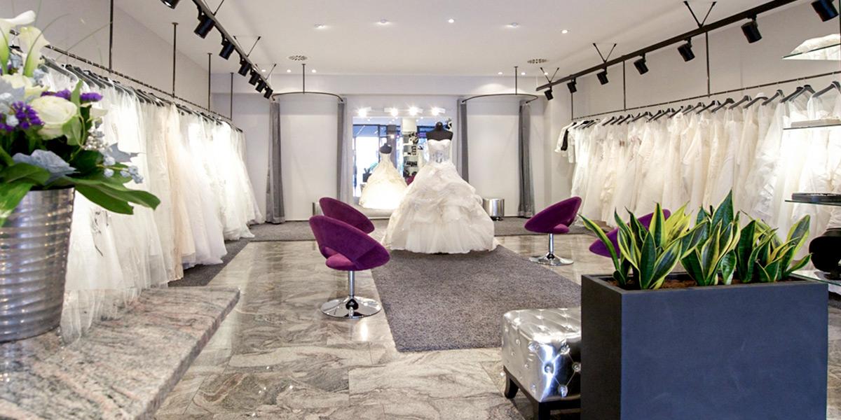 Brautmode Dolce Vita Brautkleider an Kleiderbügeln Anprobe Innenraum